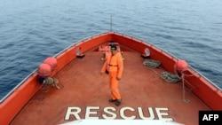 Seorang anggota SAR saat mencari korban kecelakaan laut di Kolaka, Sulawesi Tenggara, 22 Desember 2015. (Foto: Ilustrasi/AFP)