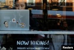 지난달 11일 미국 매사추세츠주 캠브리지의 한 카페에 구인 안내문이 적혀있다.