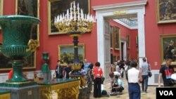一名中国女游客7月份在圣彼得堡冬宫感觉不适,同伴和俄工作人员提供帮助。(美国之音白桦拍摄)