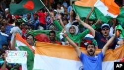 هواخواهان تیم های کرکت هند و بنلگه دیش در میدان ورزشی کرکت امارات متحده عربی