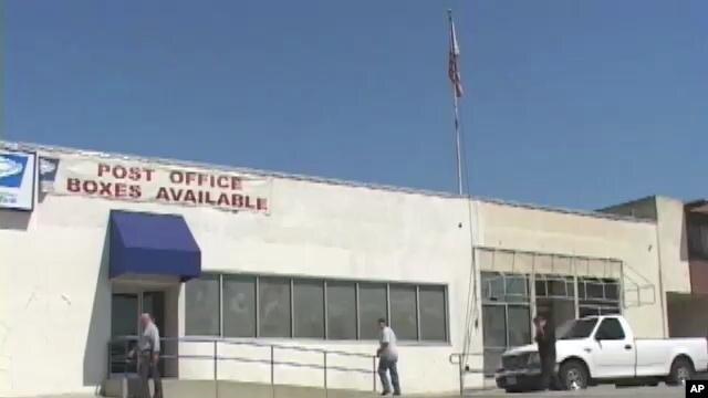 Jawatan pos AS (USPS) membatalkan rencana menutup ratusan cabang kantor pos, tetapi akan mengurangi jam kerja para karyawannya.