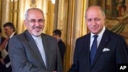 法國外長法比尤斯(右)和伊朗外長扎里夫 (左)。