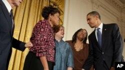 奥巴马签署新仇恨罪法并请受害者家人到白宫