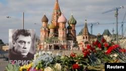 Bức chân dung chính trị gia đối lập Boris Nemtsov và hoa được đặt tại nơi ông bị sát hại, trên 1 cây cầu gần Điện Kremlin, 6/3/2015.