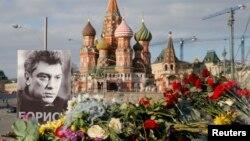 Boris Nemsov o'ldirilganiga bir hafta bo'ldi. U otib ketlgan joydan odam arimaydi. Moskva, 7-mart, 2015.
