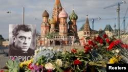 Портрет Бориса Немцова и цветы на месте, где он был убит.
