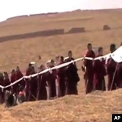 藏族喇嘛手持哈达给自焚僧人平措送葬