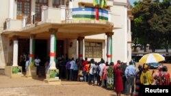 ពលរដ្ឋតម្រង់ជួររង់ចាំបោះឆ្នោតនៅស្ថានីយ៍បោះឆ្នោតមួយធ្វើឡើងនៅសណ្ឋគារ De Ville ក្នុងអំឡុងពេលនៃការបោះឆ្នោតប្រធានាធិបតីនៅទីក្រុង Bangui រដ្ឋធានីនៃសាធារណរដ្ឋអាហ្វ្រិកកណ្តាល កាលពីថ្ងៃទី៣០ ខែធ្នូ។