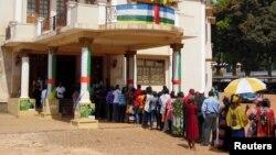 Des électeurs en file devant l'Hôtel de ville de Bangui, 30 décembre 2015.