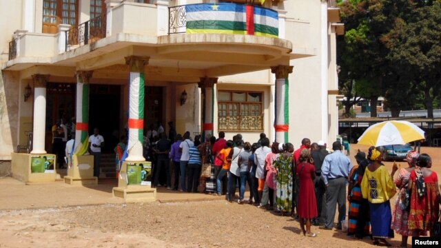 Electorate queue to cast their ballots at a polling station set up at the Hotel De Ville during the presidential election in Bangui, the capital of Central African Republic, Dec. 30, 2015.