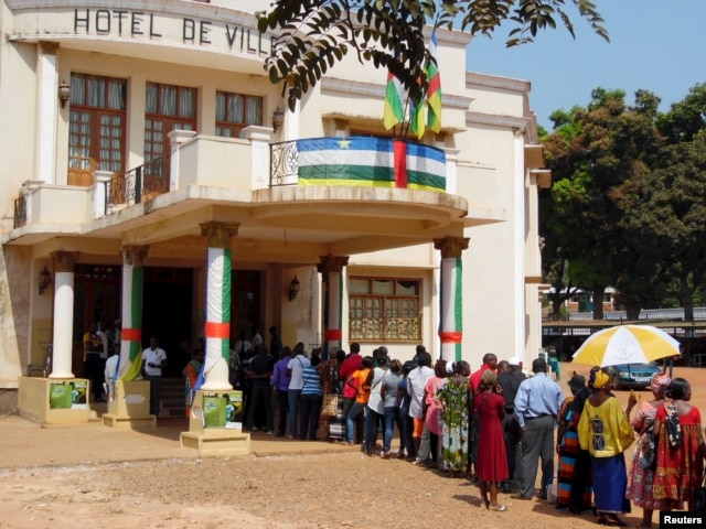 FILE - Voters line up to cast their ballots at a polling station set up at the Hotel De Ville during the presidential election in Bangui, the capital of Central African Republic, Dec. 30, 2015.