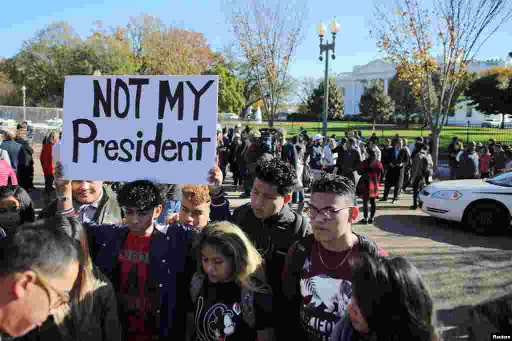 """抗议川普当选者在白宫外面示威,有人举着标语""""不是我的总统""""(2016年11月10日)"""
