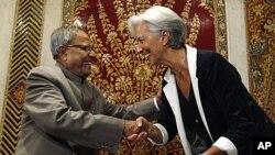 بھارتی وزیر خزانہ پرناب مکرجی نئی دہلی میں فرانسیسی وزیر خزانہ کرسٹین لاگارڈے کا استقبال کررہے ہیں۔