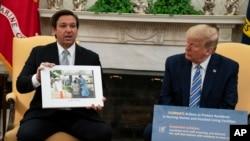Presidenti Trump dëgjon ndërsa Guvernatori DeSantis flet për reagimin ndaj koronavirusit