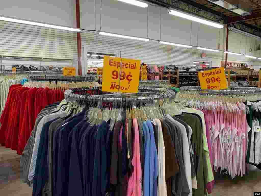 Atestados pasillos exhiben desde ropas y zapatos hasta medicamentos en el negocio de Serafín Blanco, en Hialeah, Miami.