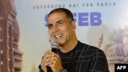Aktor Akshay Kumar menjawab pertanyaan media dalam acara promosi film 'Pad Man' di Ahmedabad, 5 Februari 2018.