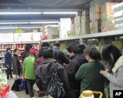 北京市民排队买盐