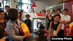 台湾总统蔡英文过境洛杉矶时造访台湾连锁咖啡店85度C (台湾民进党立委蔡适应脸书)