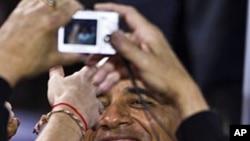 奥巴马在威斯康辛大学讲话后和群众握手