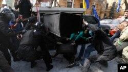 Ukrayna polici prezident administrasiyası binasının qarşısında etiraz nümayişi zamanı yanğın törətmək istəyən fəallara mane olur