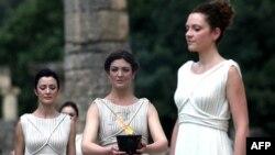Olimipijska baklja upaljena je na ceremoniji u Olimpiji, Grčkoj, odakle će je nosioci preneti do Londona, gde se održavaju letnje Olimpijske igre 2012.