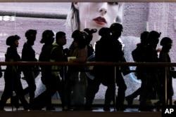 香港防暴警察尖沙咀地區的一個商場裡巡邏。 (2019年12月26日)