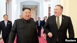 Sekrete Deta Ameriken an Mike Pompeo, adwat, kap mache ansanm ak lidè nò koreyen an Kim Jong Un nan Pyongyang. 7 oktòb 2018 la.