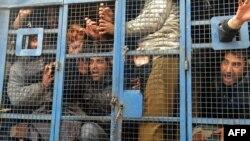 지난 2월 인도 경찰에 체포된 카슈미르 주 정부 직원들이, 스리나가르로 가는 차 안에서 반정부 슬로건을 외치고 있다. 이들은 반정부 시위를 준비한 혐의로 체포됐다. (자료사진)