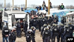 Wasu 'Yan Sandan Faransa a Sansanin 'Yan Gudun Hijira Na Calais