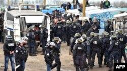 Fransa'da ise Calais kentinde polisin boşaltmaya başladığı göçmen kampı