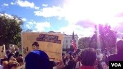 Имигранти и активисти на протест пред Белата куќа бараат извршна наредба на претседателот Барак Обама за имиграцијата