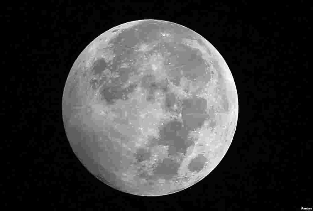 Trái đất in một bóng mờ trên vùng tây nam mặt trăng trong một hiện tượng nguyệt thực thấy được tại Cairo, Ai Cập.