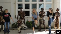 Studenti na studiju u inozemstvu (s lijeva na desno): Gina Nuccio, Hillary Kinsey i Alyssa Crosby plešu zajedno sa Zulu glazbenicima i izvođačima obučenim u tradicionalne plemenske kostime