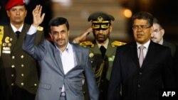 Iranski predsednik Ahmadinedžad i potpredsednik Venecuele Haua na aerodromu u Karakasu, 8. januar 2012.