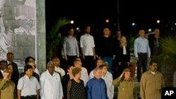 Prezidan Kiba a Raul Castro, dezyèm moun nan premye ranje a adwat, pran pozisyon salitasyon li pandan yon rasanbleman nan lonè frè li Fidel Castro nan Antonio Maceo plaza, Santiago, KIba. 3 desanm, 2016.
