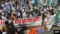 Các người ủng hộ đảng tôn giáo và chính trị Jamaat-e-Islami đốt cờ Mỹ trong một cuộc biểu tình phản đối nhân viên sứ quán Mỹ Raymond Davis tại Karachi