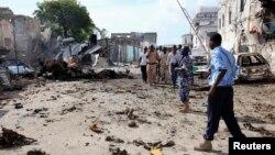 Polisi Somalia memeriksa lokasi kejadian ledakan bom mematikan di Mogadishu (14/4).