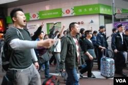 10多名反大陸自由行網民以粗言辱罵高達斌,有人做出不雅手勢