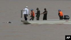 라오스 여객기 추락사고 현장에서 구조대원들이 시신 인양작업을 벌이고 있다.