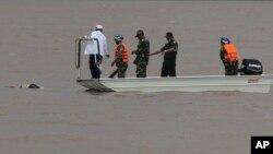 Nhân viên cứu hộ tìm xác nạn nhân