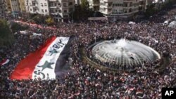 支持叙利亚政府的示威者11月13日在大马士革集会,抗议阿盟暂停叙利亚成员国资格的决定