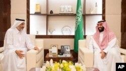 دیدار محمد بن سلمان ولیعهد عربستان سعودی با شیخ عبدالله بن علی آل ثانی عضو خانواده امیر قطر در جده - ۲۶ مرداد ۱۳۹۶