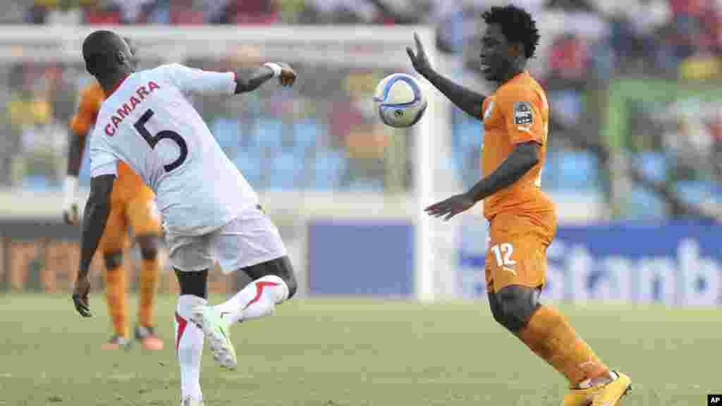 Wilfried Bony de la Côte-d'Ivoire, à droite, en duel avec Fode Camara de la Guinée, au cours du match de football du groupe D de laCoupe d'Afrique des Nations au satde de Malabo, en Guinée équatoriale, mardi 20 janvier 2015.