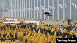한국 정부가 개성공단 사태 해결을 위한 실무회담을 북한에 제안한 25일 경기도 파주시 통일대교에서 육군 초병 위로 까치가 날아가고 있다.