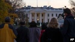26일 미국 워싱턴 백악관 담을 넘은 남성이 비밀경호국 직원들에게 체포됐다. 당시 백악관 안에서는 바락 오바마 미국 대통령이 가족들과 함께 추수감사절을 축하하는 행사를 갖고 있었다.