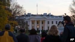 Người dân tụ tập bên ngoài Tòa Bạch Ốc sau khi mật vụ bắt giữ người đàn ông leo rào vào trong lúc TT Obama và gia đình ăn Lễ Tạ ơn ngày 26/11/2015.