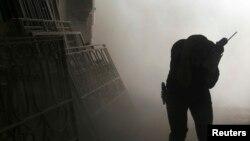 Un combatiente busca cubrirse durante un ataque en Aleppo, Siria.