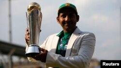 سرفراز احمد آئی سی سی چیمپیئن ٹرافی کے ساتھ۔ پاکستان نے یہ ٹرافی فائنل میں بھارت کو شکست دے کر جیتی تھی۔ 18 جون 2017