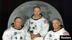 """Astwonòt Apollo 11 yo: Neil Armstrong (agoch), Michael Collins (mitan) avèk Edward """"Buzz"""" Aldrin."""