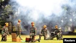 Para prajurit Indonesia menembakkan meriam selaama uji coba dalam rangka menyambut PM Jepang Shinzo Abe (13/1). Bogor, Jawa Barat. (foto: Antara Foto/Arif Firmansyah/via REUTERS)